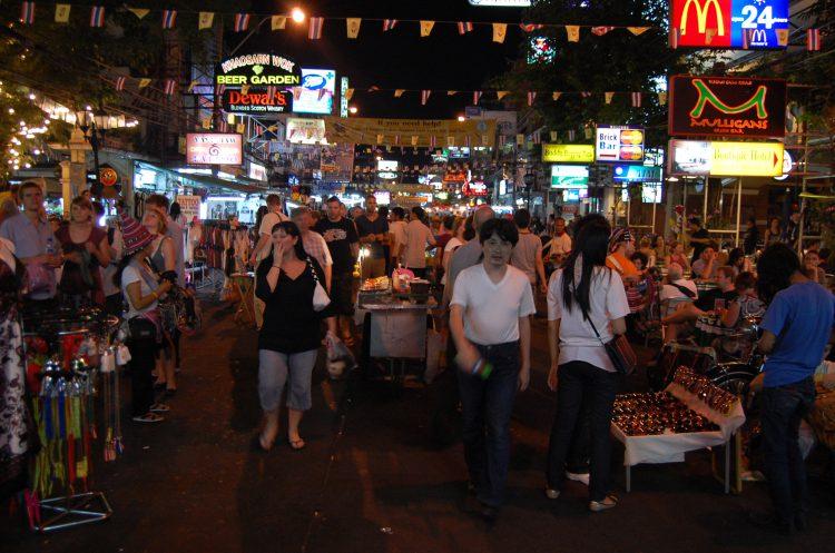 Spacer poKhao San, Rambuttri, tajski masaż i… garnitury
