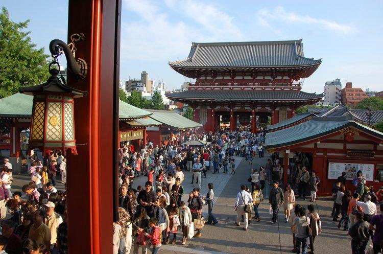 Zatłoczona świątynia SENSO-JI wTokio